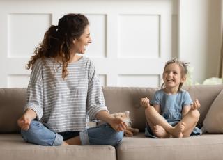 Mère et fille sur un canapé