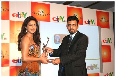 Gautam Thakar, Country Manager, eBay India Marketplace felicitating Priyanka Chopra, the eBay Style Diva.